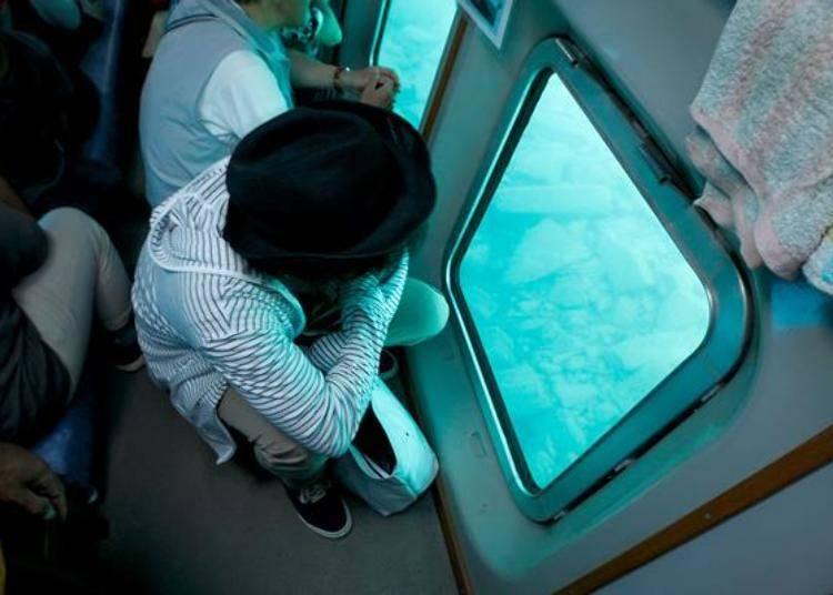 ▲一到了看點時大家都會擠到船底的座位,瞬間位子就滿了。能這樣清楚的眺望湖底的岩石,也只有這樣高透明湖水的支笏湖才能看到。