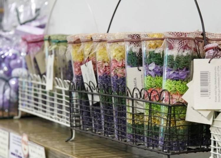 用薰衣草作成的乾燥花束和乾燥花飾品等紀念品。