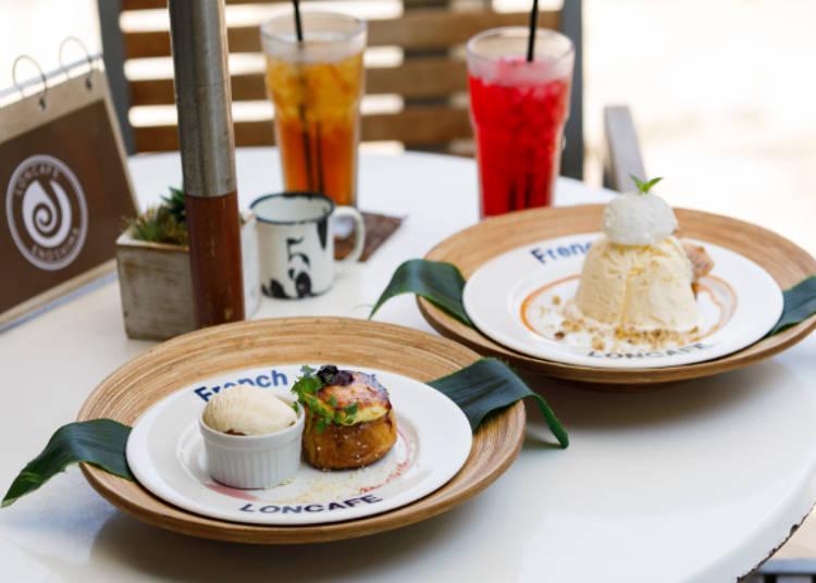 「濃厚焦糖布丁」(左前)、「焦糖香蕉核桃」(右前)、套餐飲料「百香果冰茶」(左後)、「扶桑花冰茶」(右後)