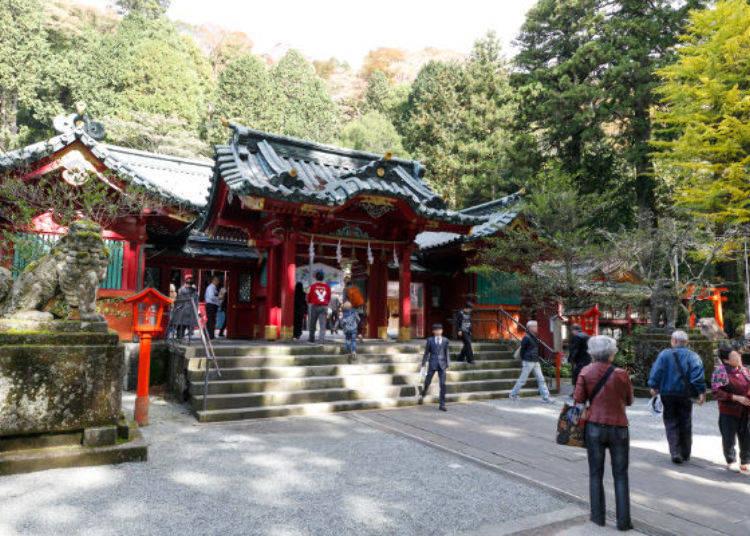 ▲許多信眾參拜的御社殿,是稱作權現造(GONGENDUKURI)的建築風格,充滿歷史風情