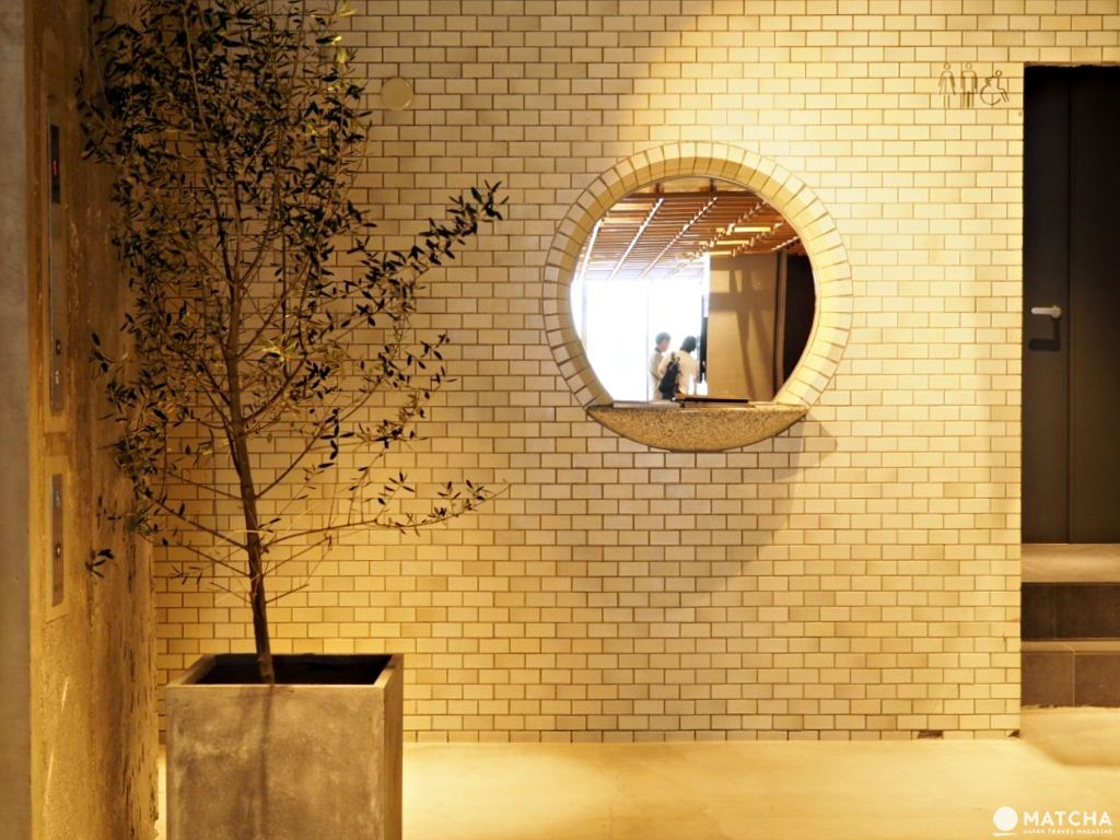 kumu一樓鏡子磁磚牆