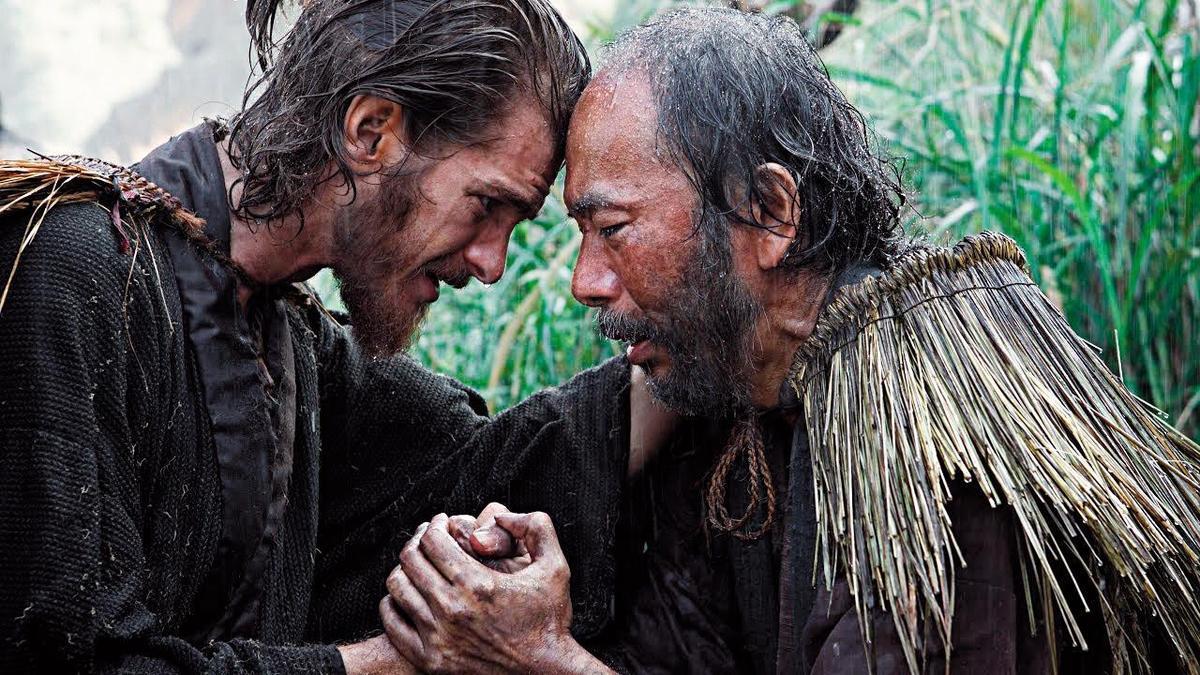 曾在馬丁史柯西斯電影《沈默》裡飾演殉教村民的塚本晋也(右)演技沉穩,左為該片男主角安德魯加菲爾德。(CatchPlay提供)