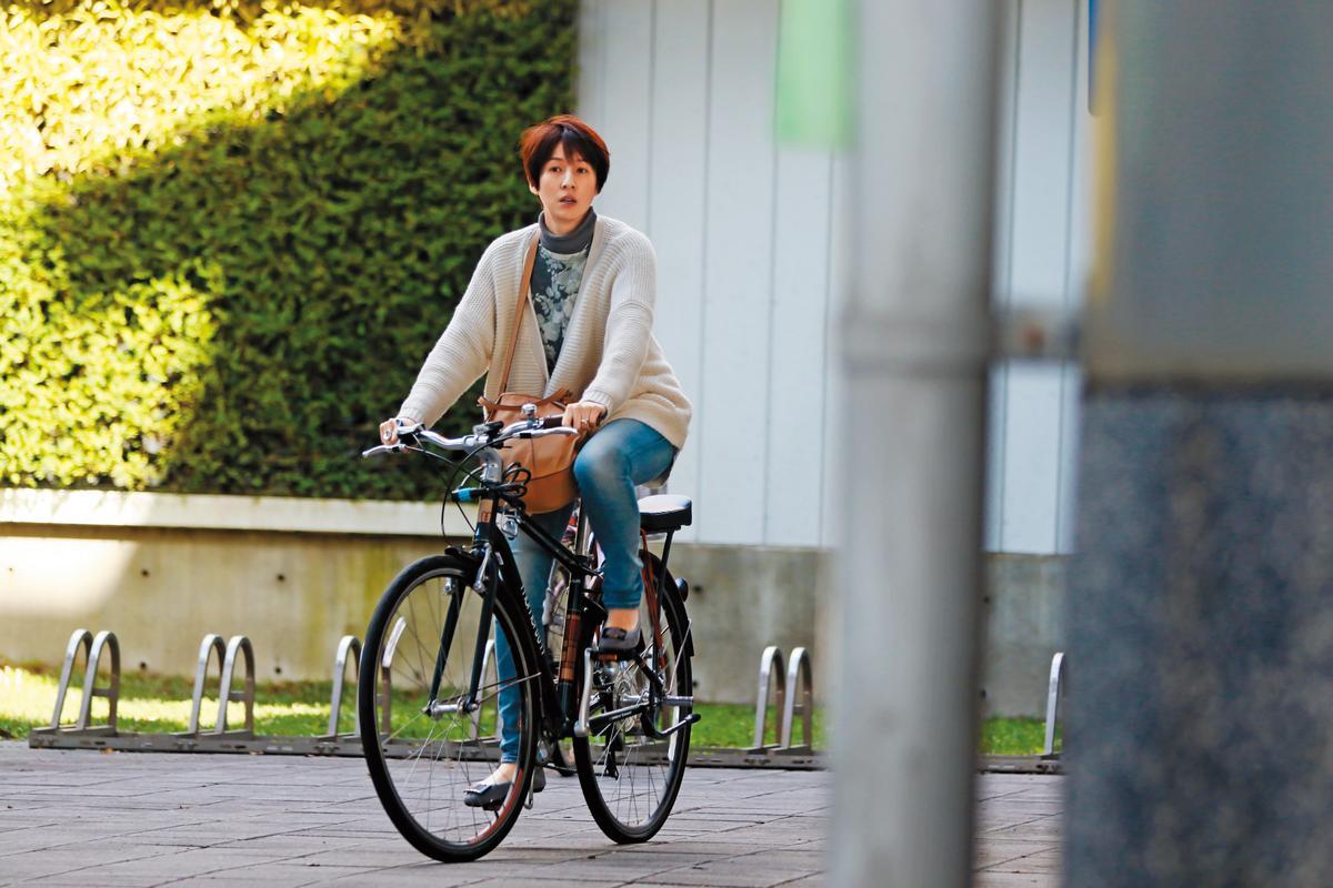 夏嘉璐明顯騎的是名牌單車,而且造型頗為復古,感覺既休閒又有型。