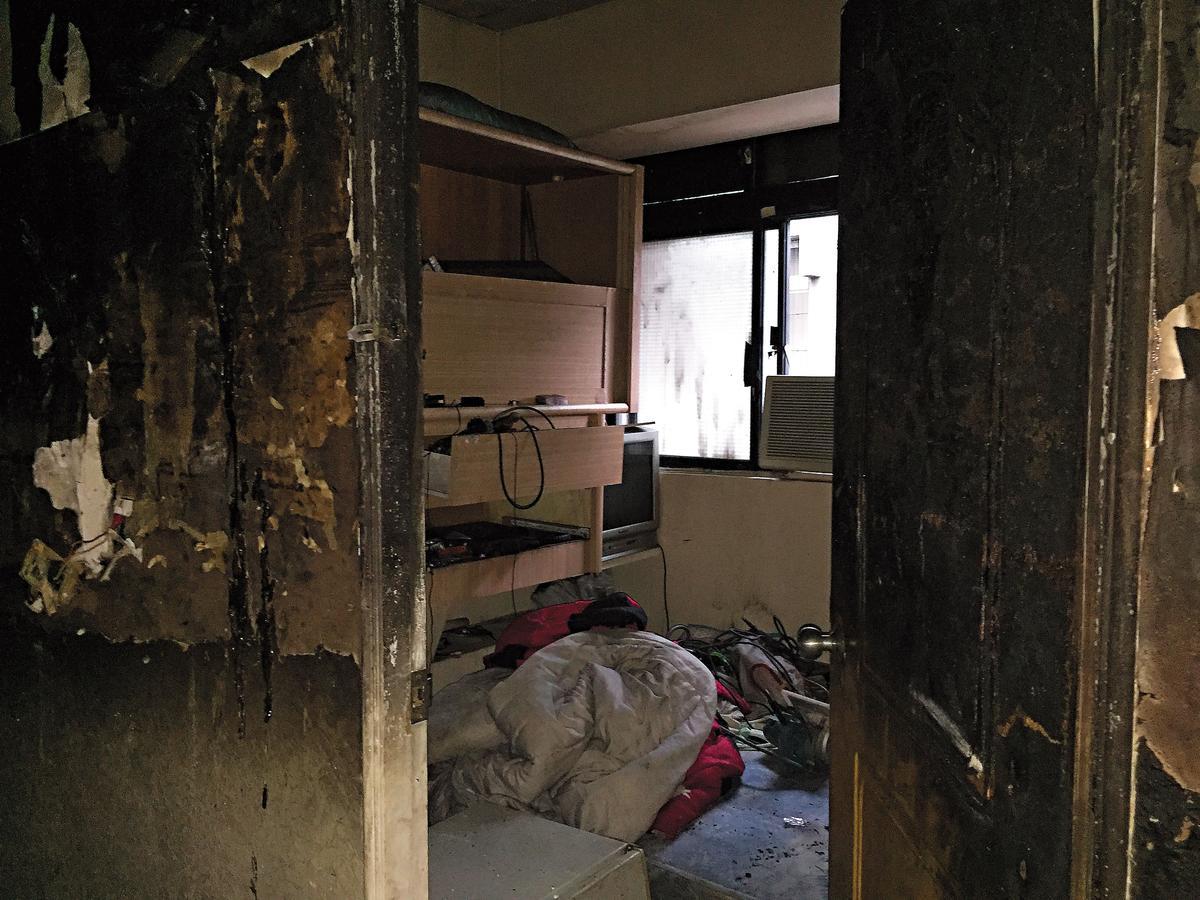 4樓房間被燒得面目全非,但仍可發現房內狹小,難以想像這樣的蝸居是某人賴以生活的家。