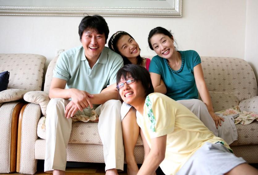 宋康昊(左一)家庭幸福美滿,兒子宋俊平及女兒宋珠妍都遺傳妻子(右一)的高顏值。(翻攝自Daum網站)