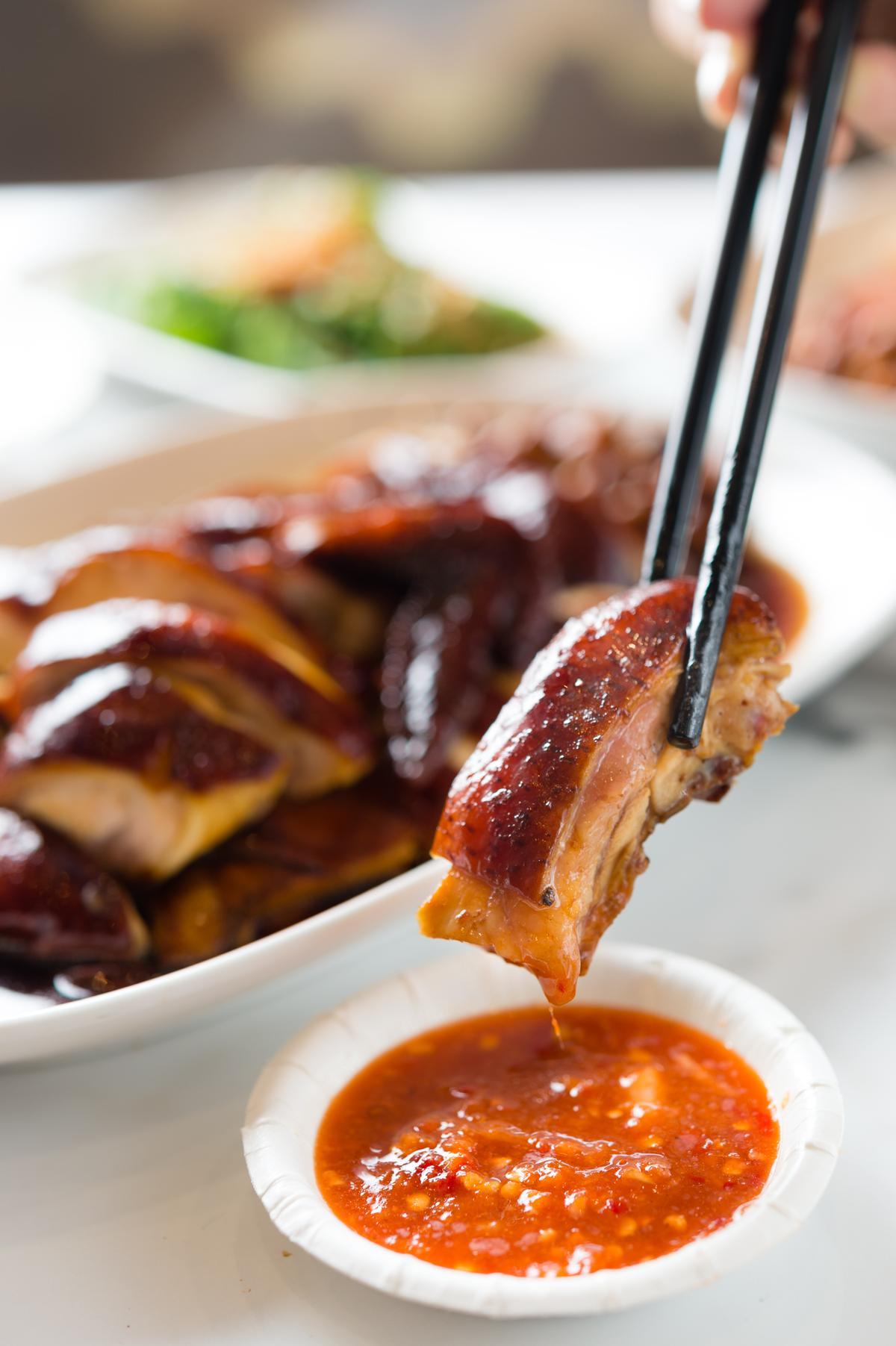 呈現焦糖色澤的「半隻雞」蘸上特製辣醬,微辣解膩。(350元/份)