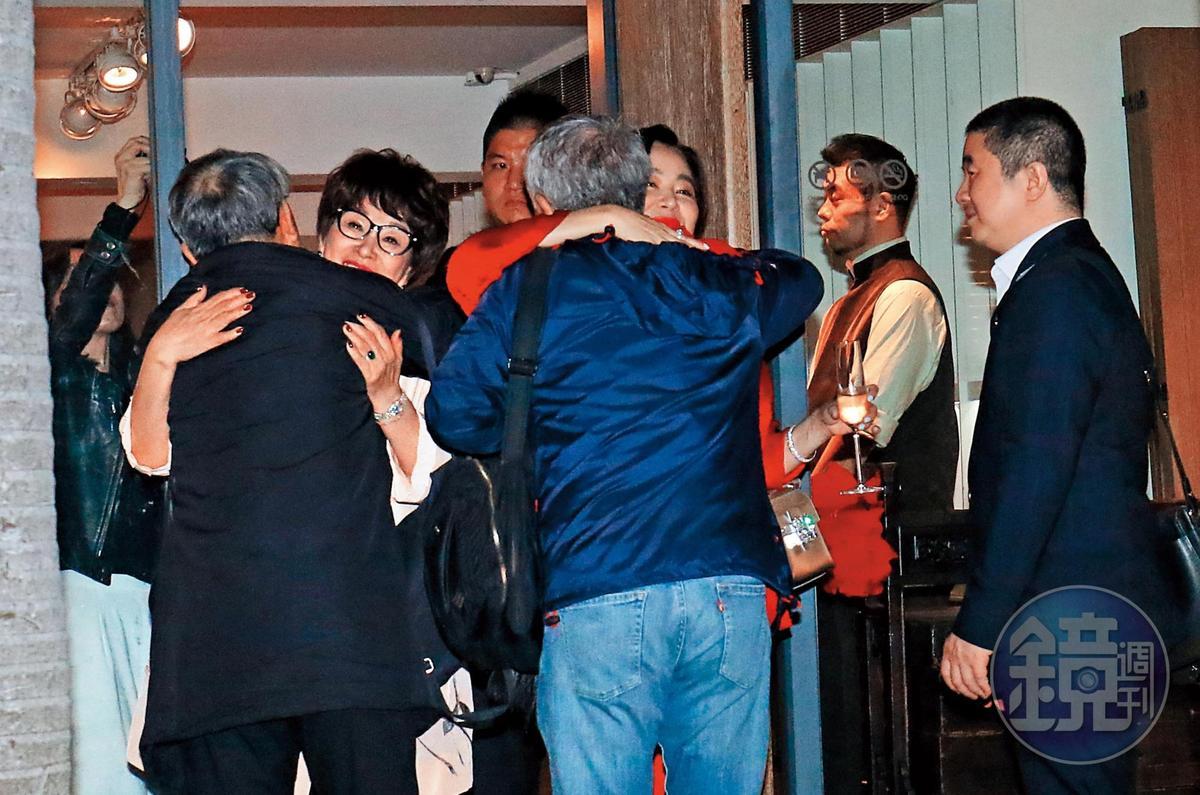 22:39 林懷民與蔣勳離場時,分別與徐楓、林青霞相擁道別,還約定「以後要常見面」。