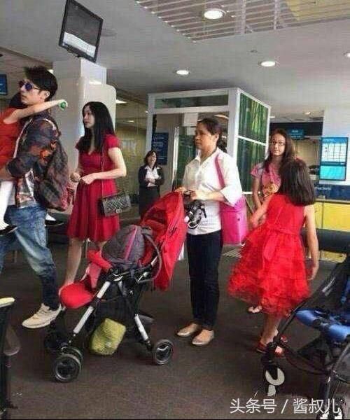 吳尊先前抱著女兒與老婆(左二)出遊照,再度被網友翻出。