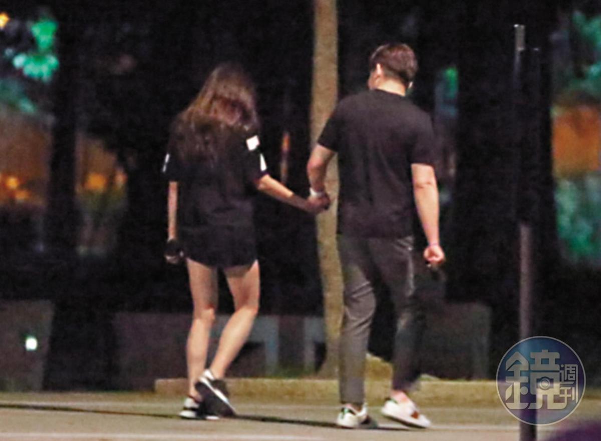 8/01 02:42 張東晴跟該名男子雙手相黏,走到公園的暗處。