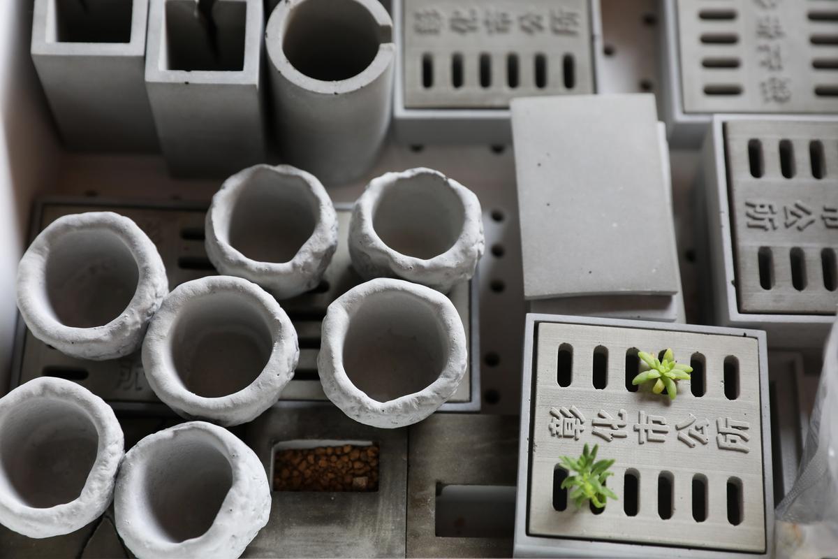 水泥製作的迷你盆栽,有彰化水溝蓋的設計。