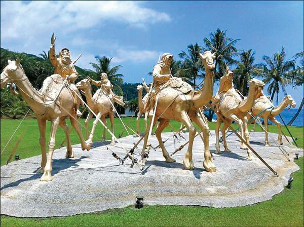 庭院內有金光閃閃的商旅雕像,象徵林昭文的致富之路。(讀者提供)