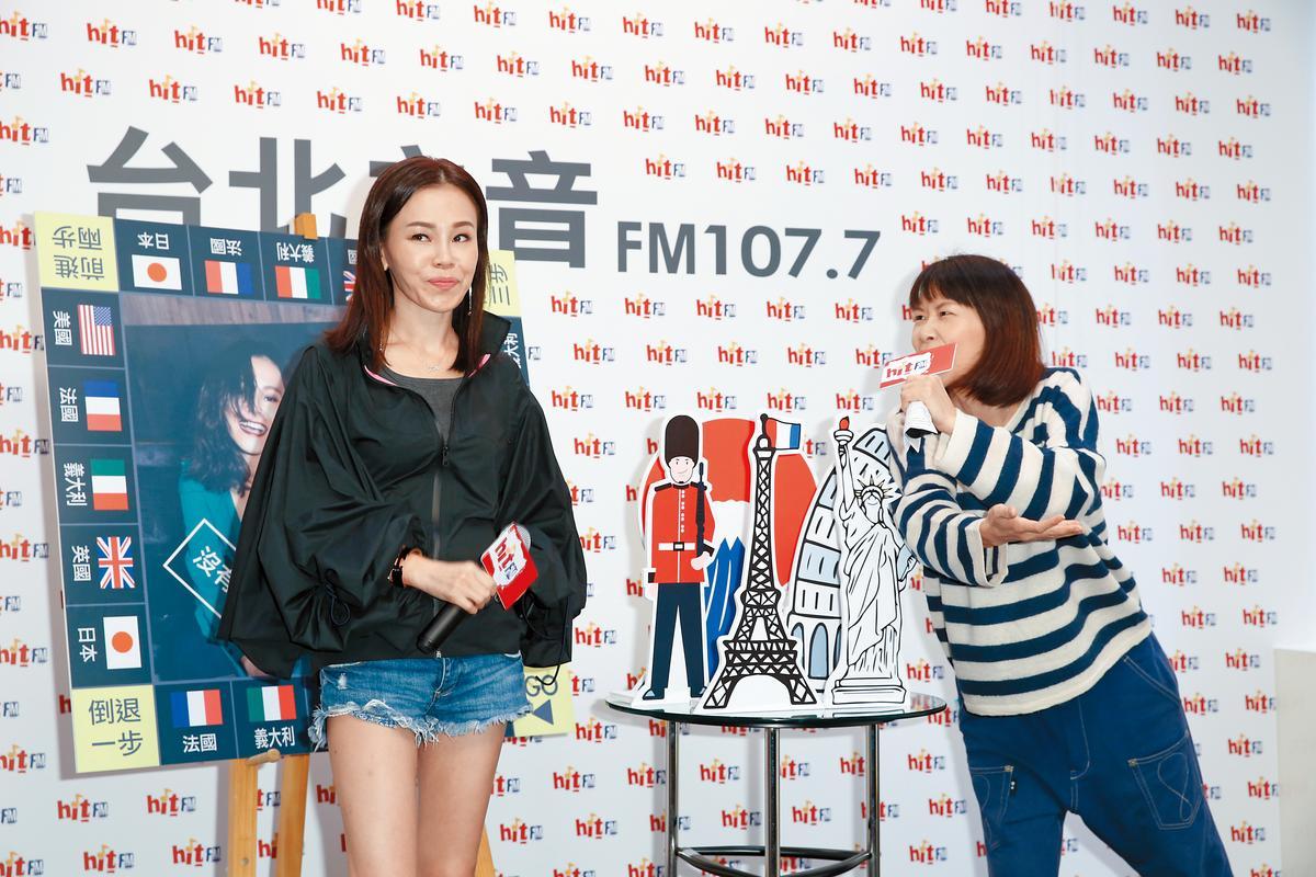 左邊是真的彭佳慧,右邊是小彭佳慧阿娟,兩人同台感到有股血緣的牽扯。