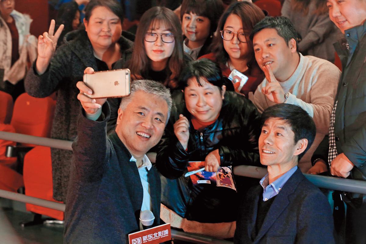 《我在故宮修文物》發行電視版後,在中國直播平台嗶哩嗶哩(bilibili)播出一炮而紅,劇中鐘錶工匠王津(前排右)也成了「網紅」。(東方IC)
