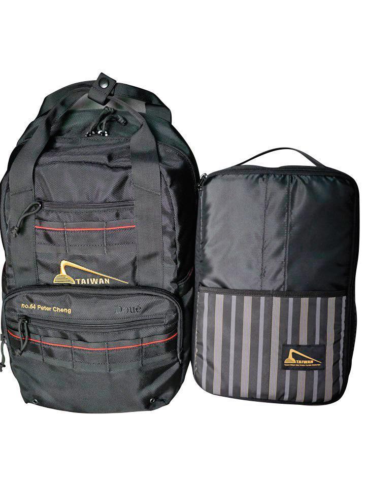 社包:2014年製作社團專屬背包,內附防撞襯袋,最多可放置6支品酒杯或3瓶酒,由程灯祥設計。