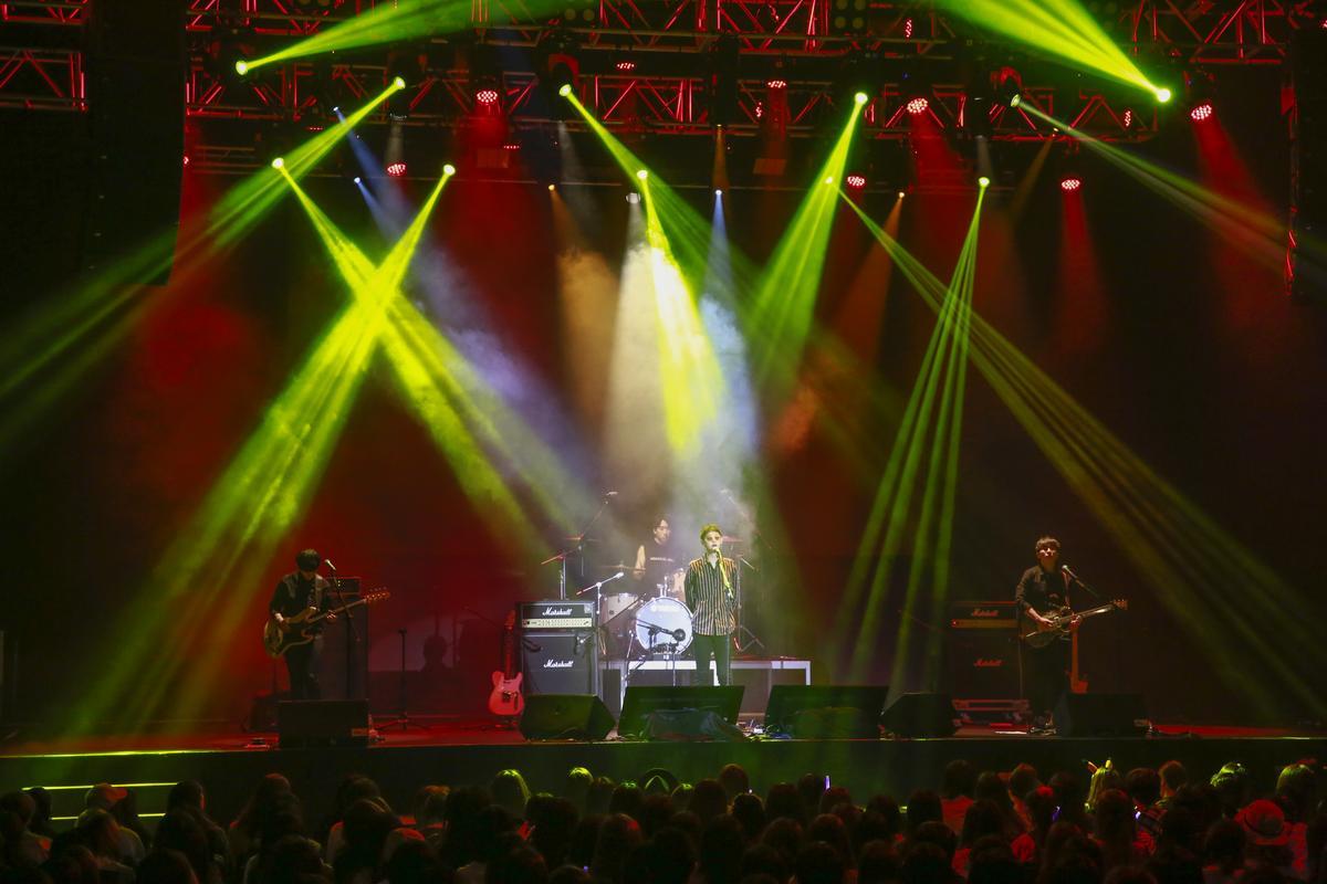 鄭俊英台灣首次演唱會,與他自組「Drug Resturant」樂隊一起演出。