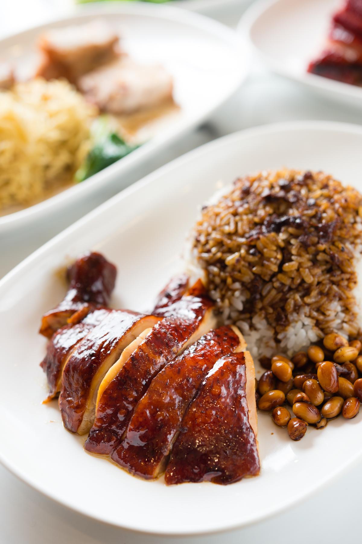 雞腿肉搭配滷黃豆的「油雞飯」香氣濃郁、肉質滑嫰。(100元/份)