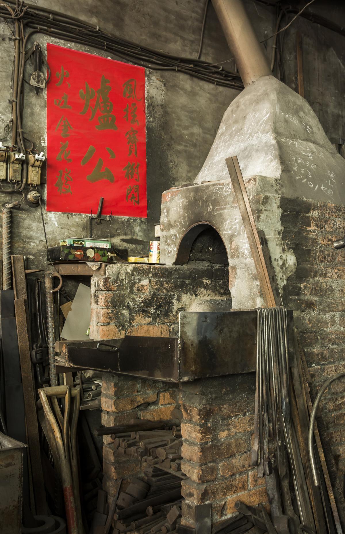 王崇德製作的刀具五花八門,也替人磨利建築工地用的破碎機電鑽頭。