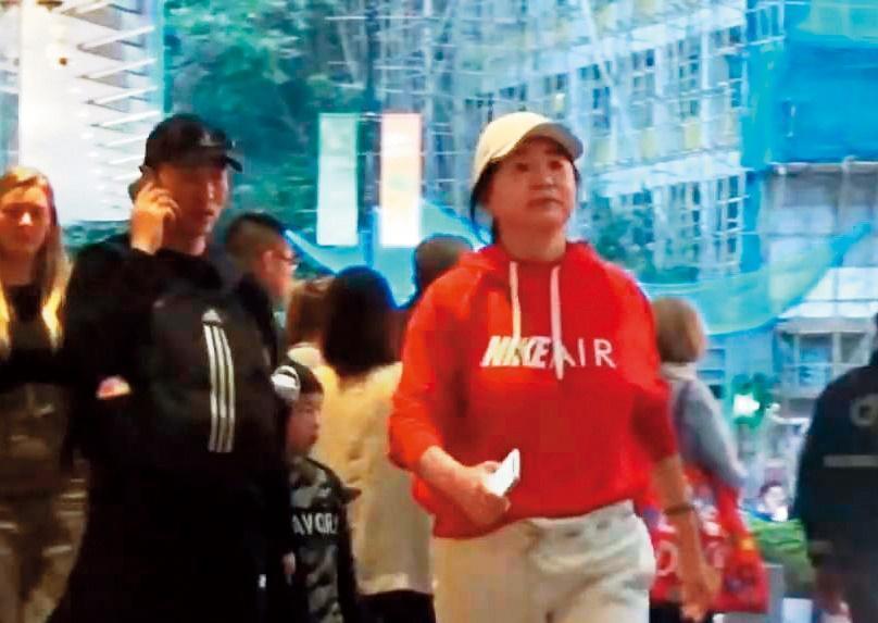 農曆年前林青霞(右)被目擊在中環逛街,當時的她穿著一身運動服,樣子略顯福態。(翻攝自八八通影片)