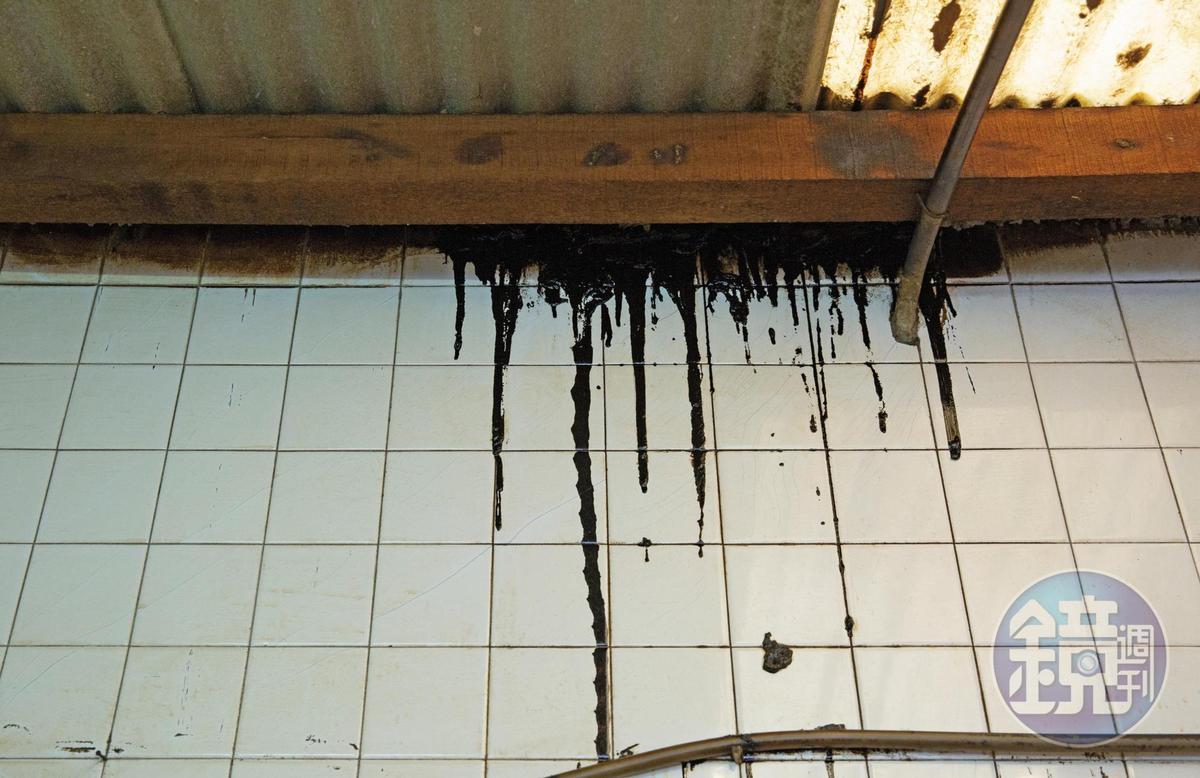 鳳山區忠孝里住戶蔡家廚房疑似地基位移,與主建物裂出大縫隙,屋主用瀝青填補還是沒用。