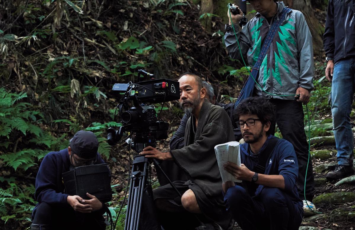 塚本晋也(左二)在《斬、 》中有吃重的表演,並包辦攝影、剪接等六項工作。(天馬行空提供)