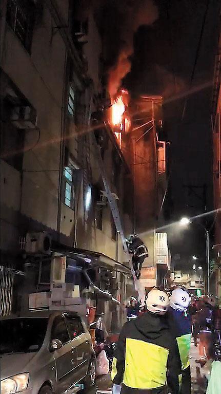 22日晚間,新北市中和興南路的公寓遭人縱火,消防人員緊急搶救,仍有9人喪生。
