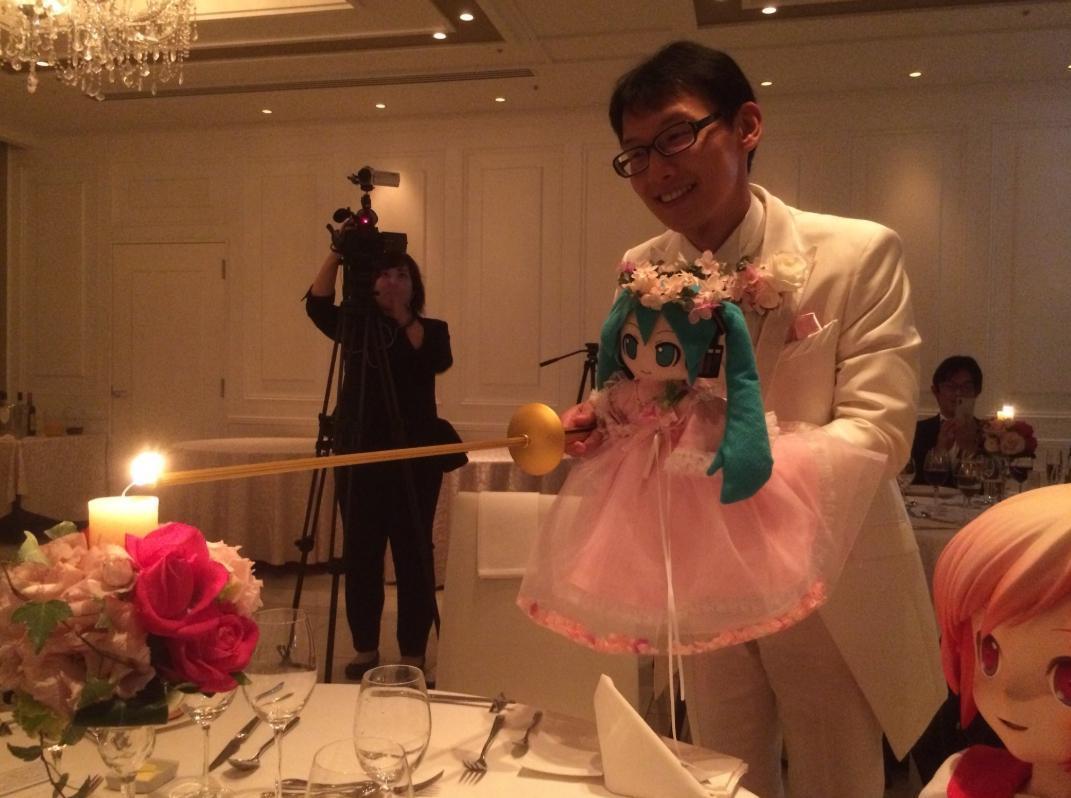 新郎近藤抱著新娘初音一起切開結婚蛋糕,場面十分溫馨。(翻攝自近藤顯彥推特)