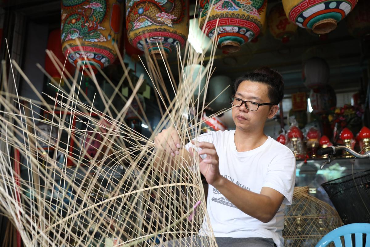 春秋美術社的第二代,正在進行燈籠編織工作。