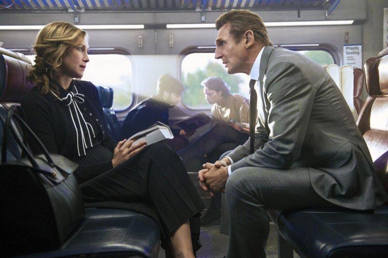 保險公司經理麥可(右)搭乘通勤列車下班途中,遇見了神祕的陌生女乘客喬安娜(左)。(龍祥電影)