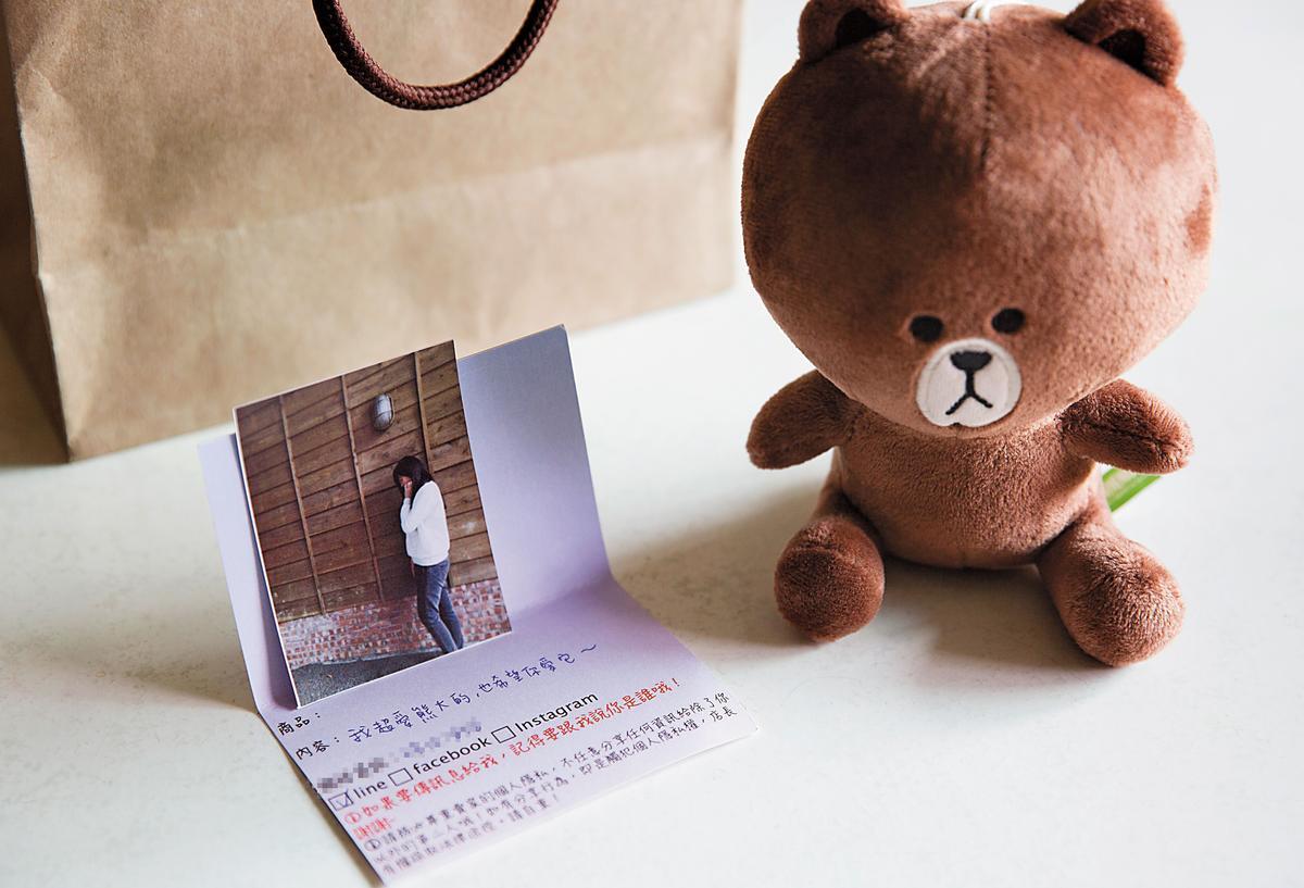 一張卡片寫著賣家Line的ID,以及幾十元的小熊,售價590元。