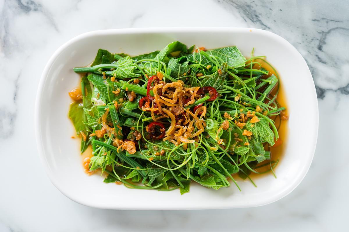拌上辣椒小魚和薑末的「川味龍鬚菜 」麻香惹味。(80元/份)