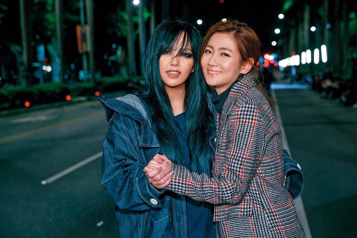 張惠妹(左)新歌〈連名帶姓〉MV,找來Selina(右)跨刀助陣。(東方IC)