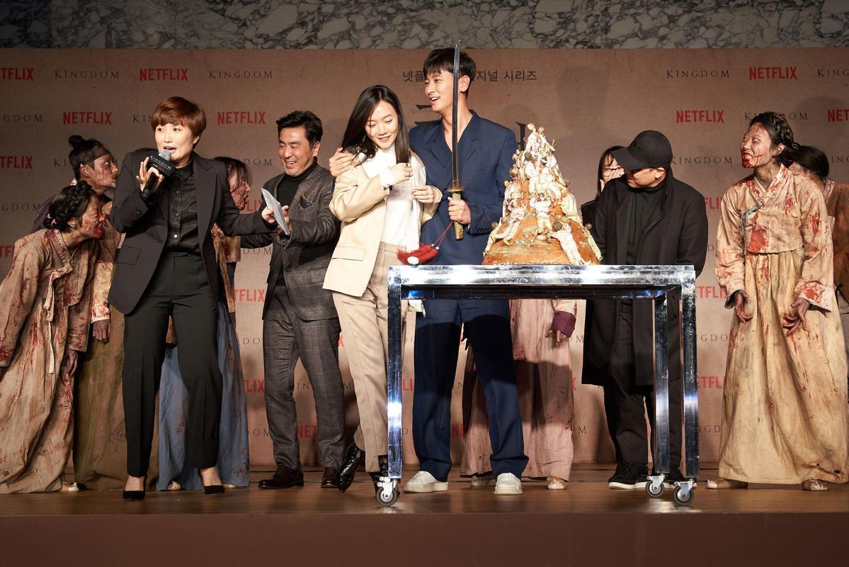 《李屍朝鮮》記者會上,演員群和導演、編劇甚至主持人都被活屍演員們嚇一大跳。(NETFLIX提供)