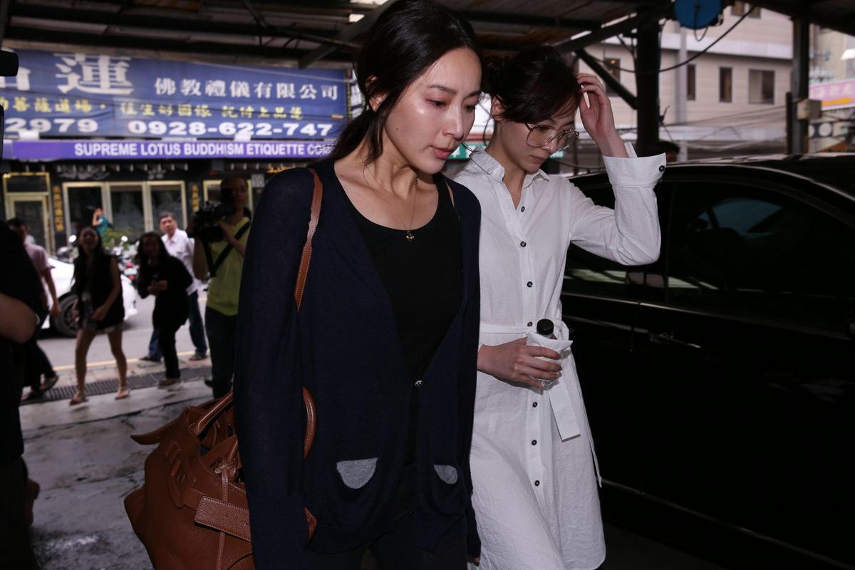 隋棠(左)和謝沛恩一起到豬哥亮靈堂祭拜。