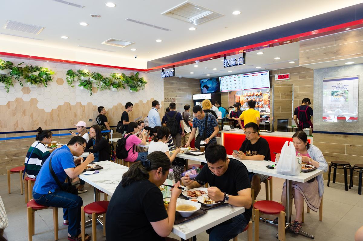 「了凡香港油雞飯‧麵 」採取自助式點餐,打造成快餐店型式。