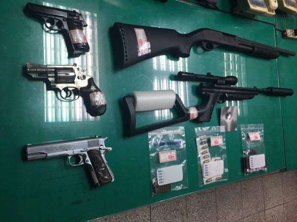 警方共查獲造手槍3枝、空氣長槍、仿製霰彈槍各1枝及各式子彈。(警方供給)