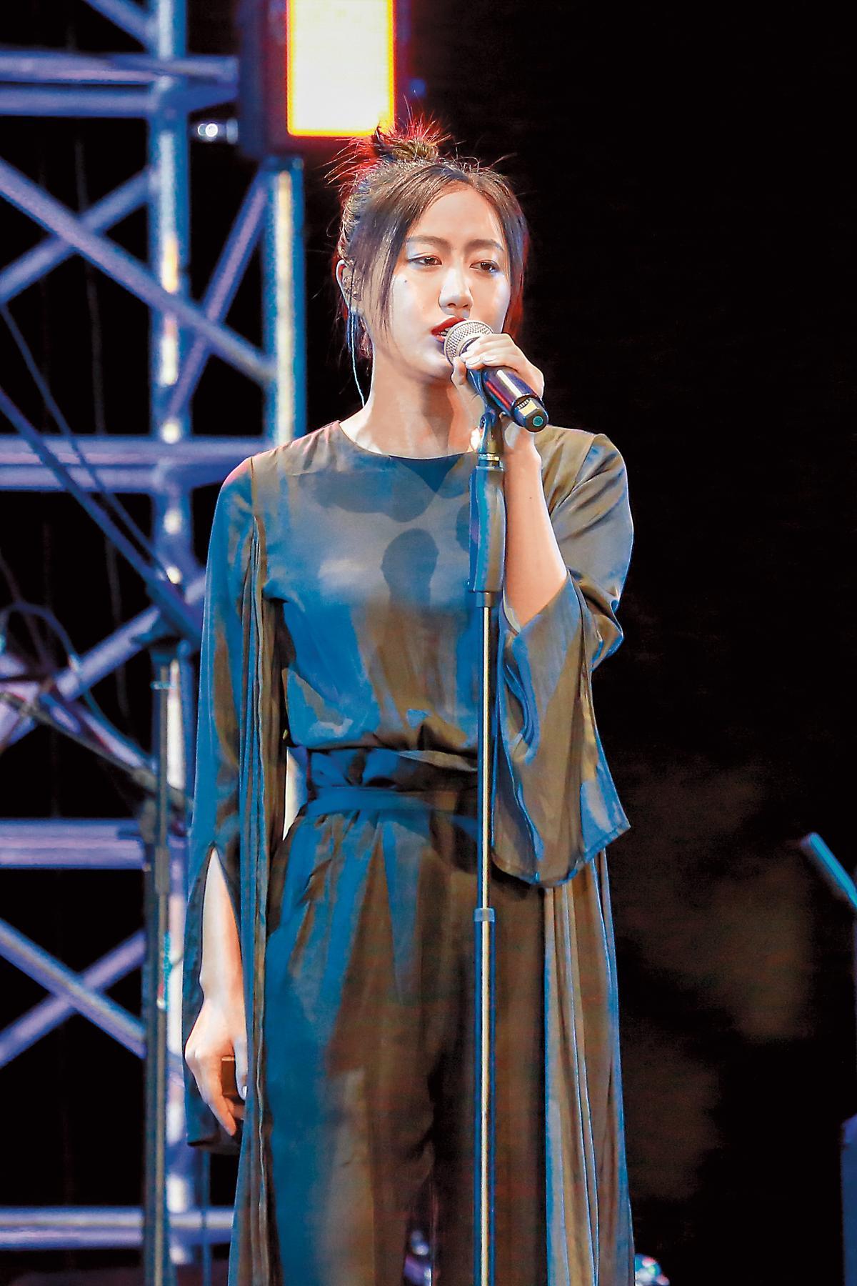 《我在故宮修文物》電影版由中國新銳民謠創作人陳粒作曲、演唱,以輕靈的歌聲化解厚重的歷史感。(東方IC)