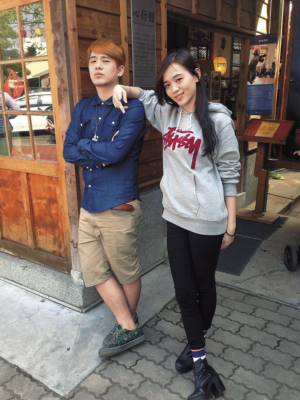 林佩璇(右)的二哥林宏叡(左)十分疼愛她,即使在宜蘭念大學,只要放假,一定回台北探望,讓媽媽都吃醋地說:「他要睡了都會跟妹妹道晚安,對我還不會咧。」(邱蕙娟提供)