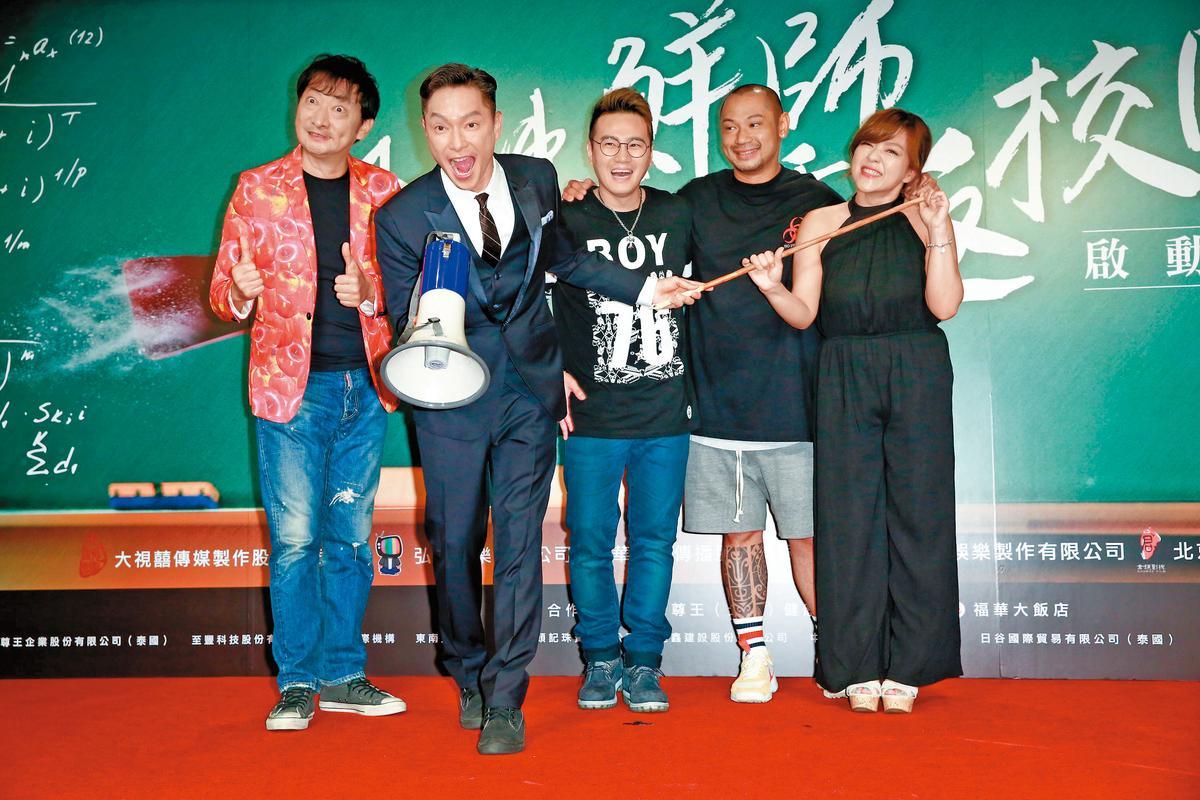 時隔17年,《麻辣鮮師》改編拍成片子版,找來老班底謝祖武(左二)、杜詩梅(右一)等人,女主角則是「國民媽媽」林美秀。