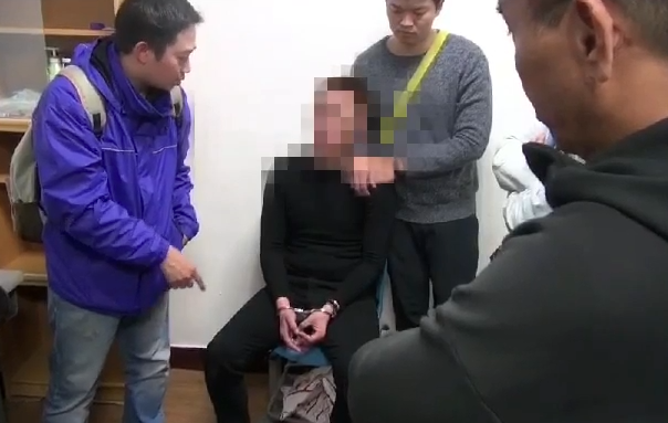 警方示意王嫌犯後態度合營,並在其屋內發現大量公仔。