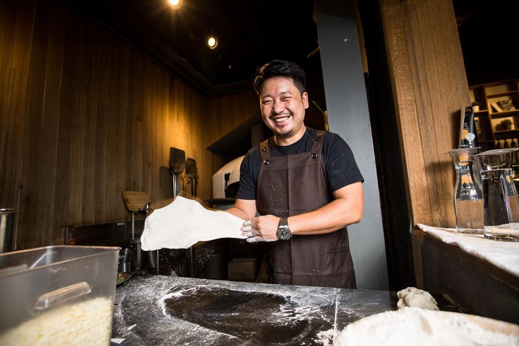 剛創業時,湯皓雄自學披薩製作,以現擀現做的49元6吋小披薩闖出名聲。