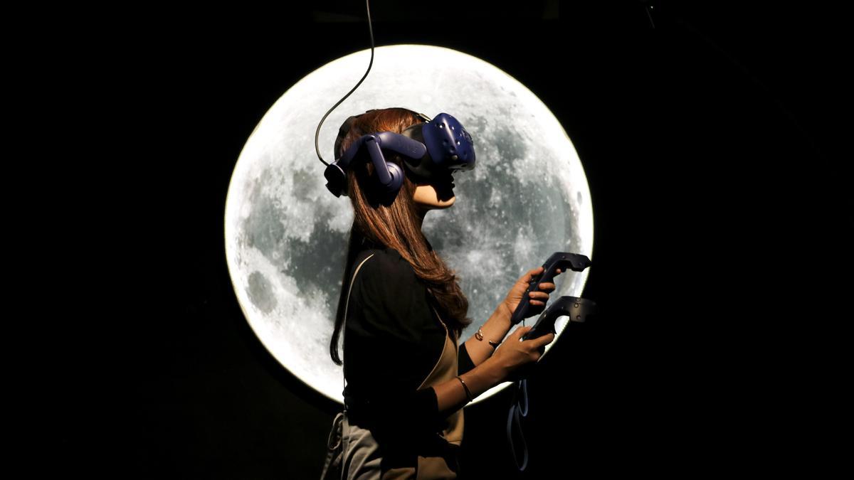 展覽現場民眾體驗作品《登月》。(故事巢提供)