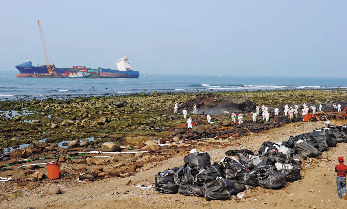 去年3月間發生德翔台北號貨輪於石門外海擱淺意外,造成大量油料外溢汙染海岸線。(東方IC)