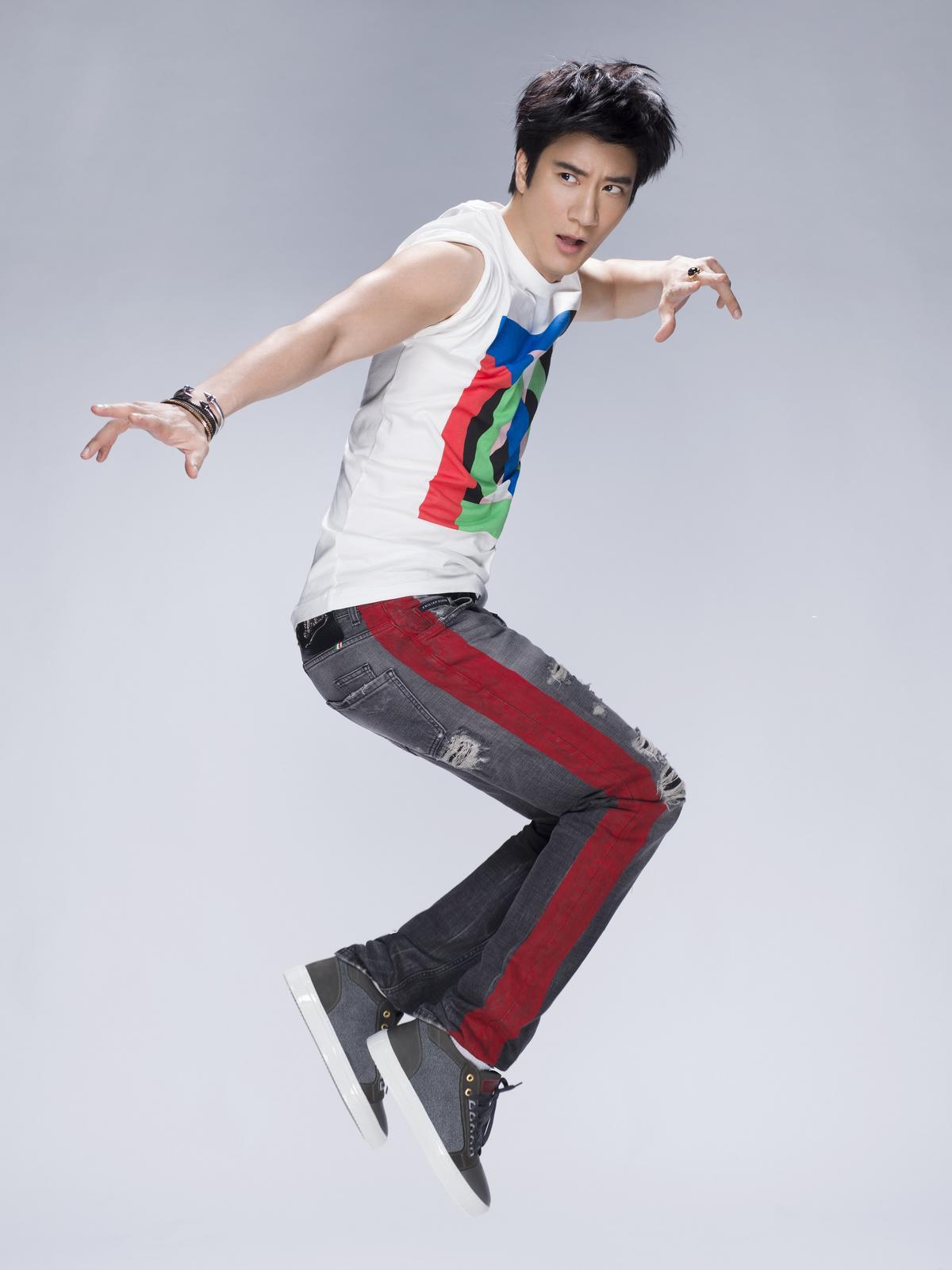 王力宏為新歌〈聽愛〉拍照,看起來容光煥發。