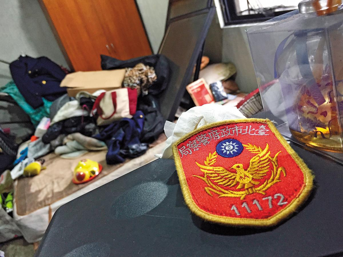 王志偉的警徽和制服仍留在房內,卻等不到主人再次穿戴。