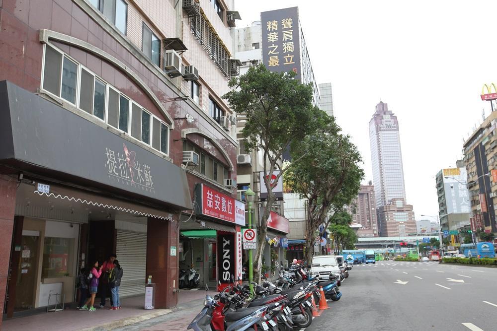 台北車站附近的提拉米蘇店,選在台北車站附近,定位提貨中心,供南來北往的顧客提貨。