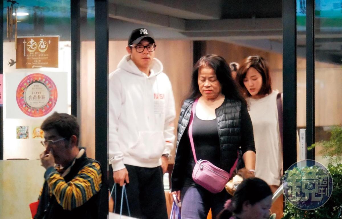 20:21 王柏傑和王淨步出餐廳,王柏傑的爸爸(左一)、媽媽(左三)走在前頭。