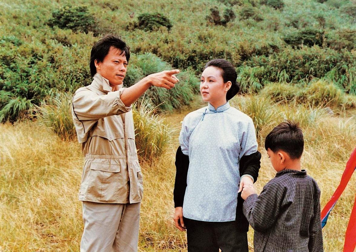 張毅(左)執導、楊惠姍(中)主演的電影《玉卿嫂》是台灣新電影時期重要作品。(翻攝自tavis.tw網站)
