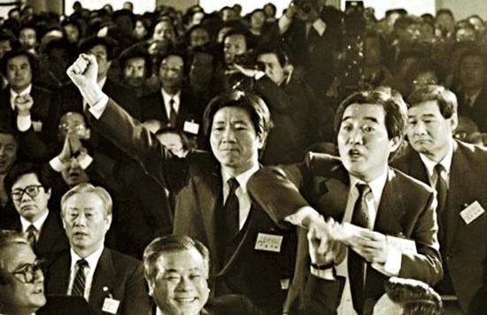 《正義辯護人》以釜林事件中,時任人權律師的前總統盧武鉉(中)為創作原型。(翻攝自Daum網站)