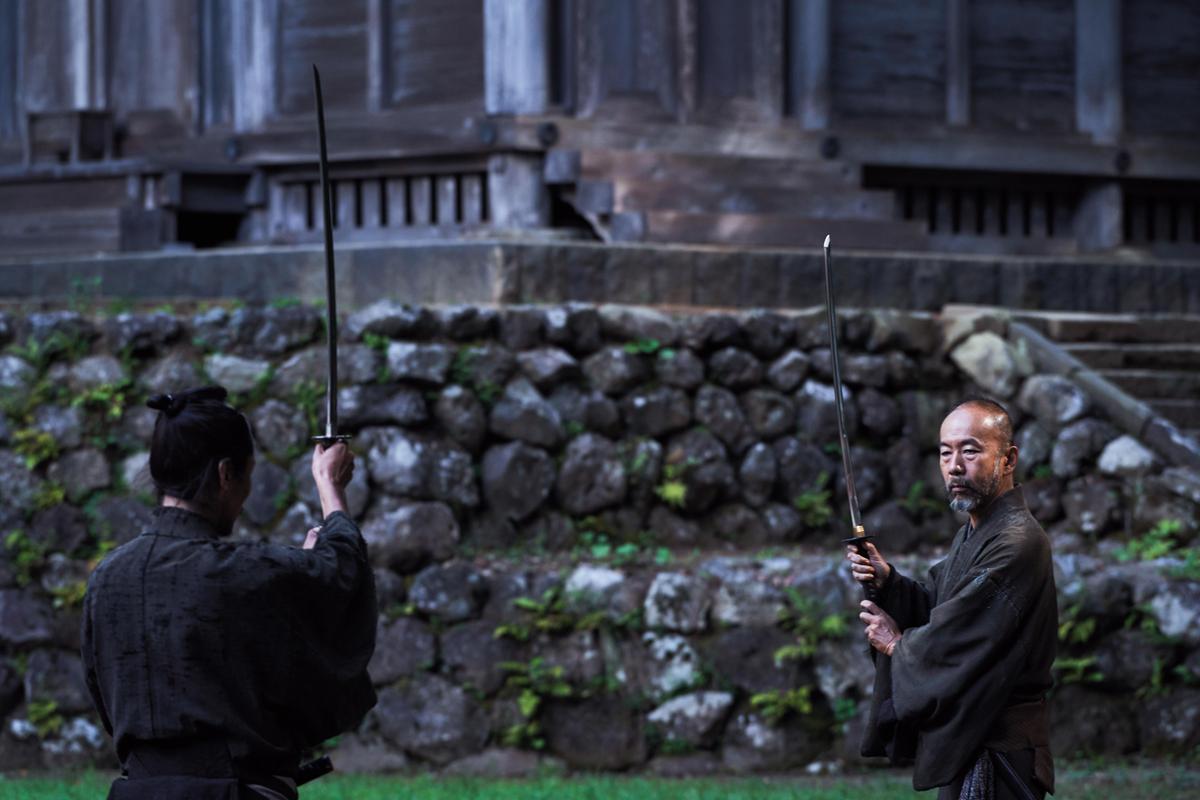塚本晋也(右)為了飾演武士,在開拍前即接受劍道與相關訓練。(天馬行空提供)