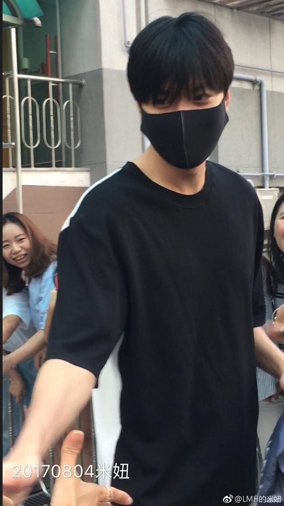 5月份入伍的長腿男神李敏鎬,正在服替代役,每天都有粉絲夾道歡送上下班。(網路圖片)